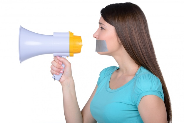 Menina chateada com fita auto-adesiva sobre sua boca.