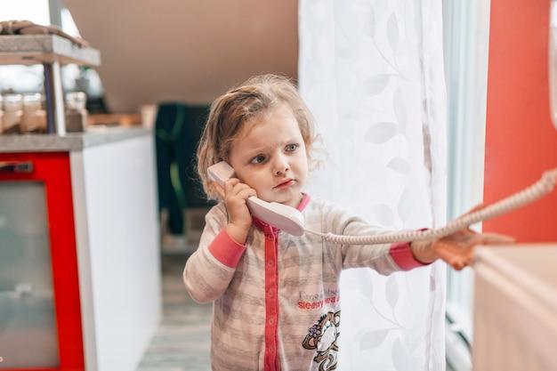 Menina chateada falando no telefone