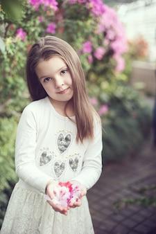 Menina, cheirando, flores, de, azáleas