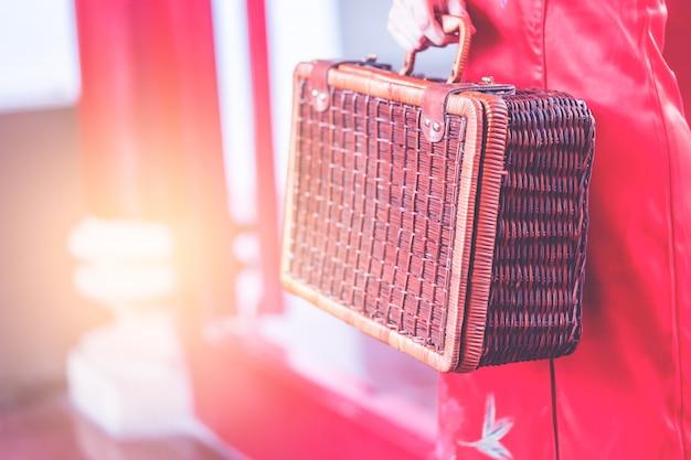 Menina chinesa asiática com bagagem de madeira vintage conceito de viagens asiáticas