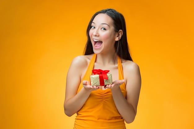 Menina chinesa com um presente