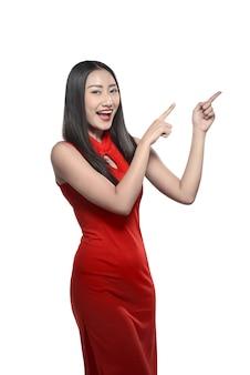 Menina chinesa em vestido cheongsam