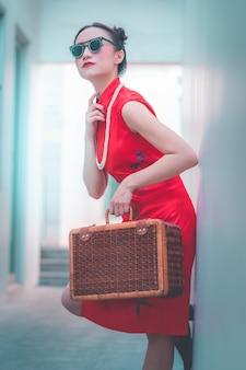 Menina chinesa japonesa asiática com conceito asiático do curso do vintage de madeira da bagagem