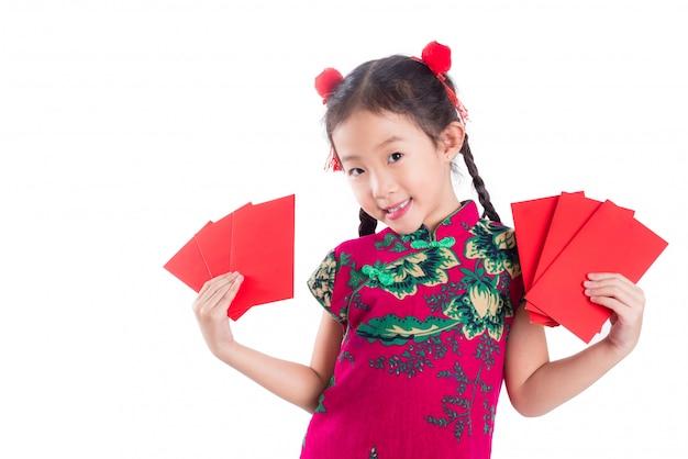 Menina chinesa no vestido tradicional de cor vermelha