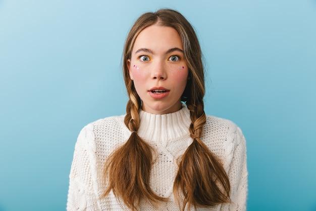 Menina chocada com suéter isolada