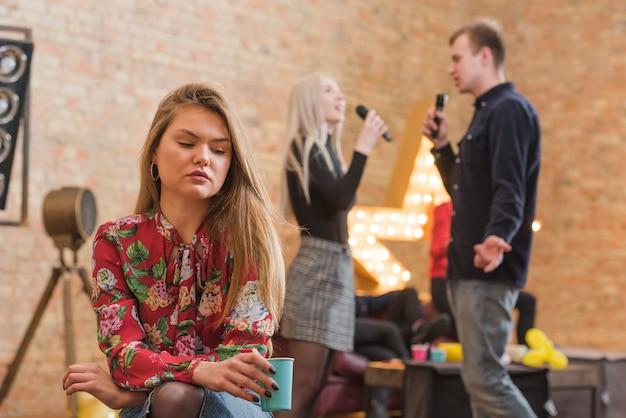 Menina ciumento em uma festa