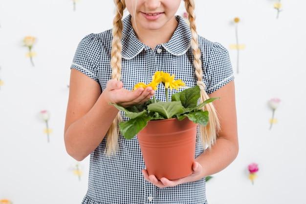 Menina close-up com vaso de flores