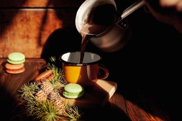 Menina close-up, derramando café em uma caneca
