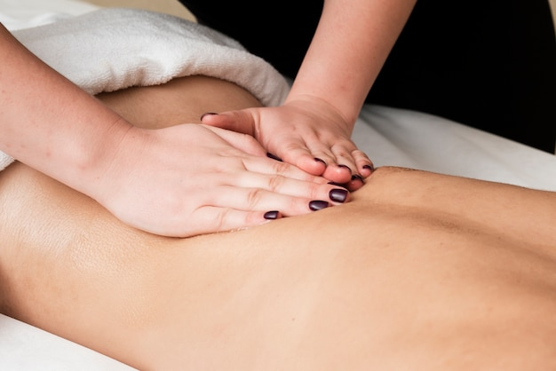 Menina close-up, recebendo uma massagem relaxante