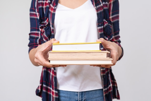 Menina close-up, segurando, pilha livros