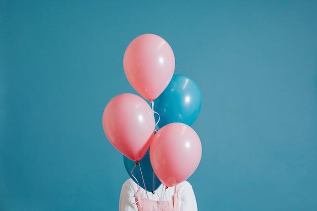 Menina, coberto, ballons