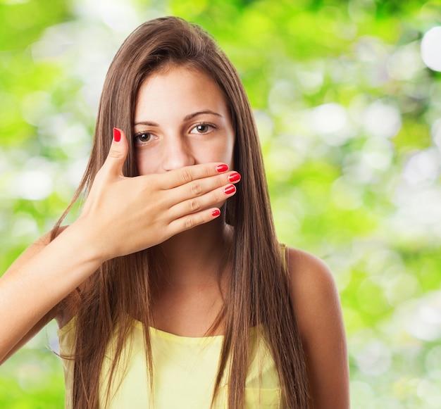 Menina cobrindo a boca