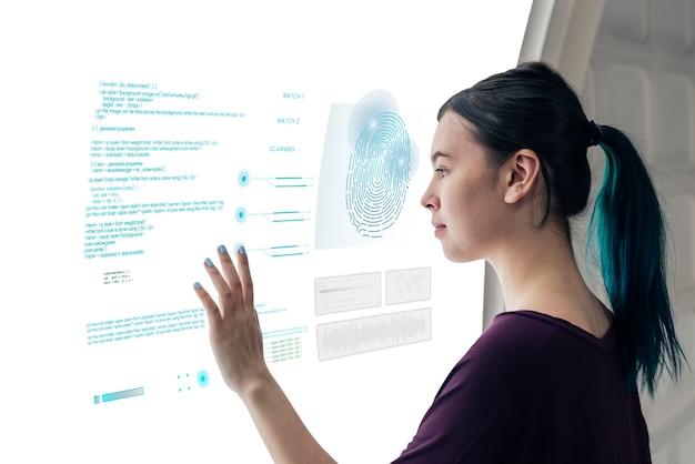 Menina codificando em uma tela interativa