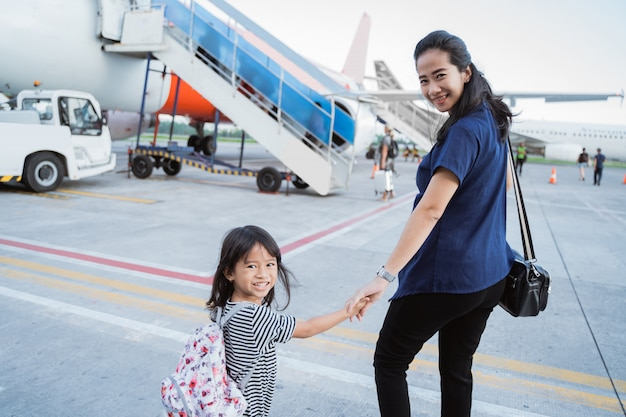 Menina com a mãe caminha juntos