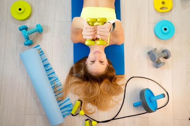 Menina com acessórios de fitness
