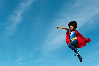 Menina, com, afro, jogando superhero