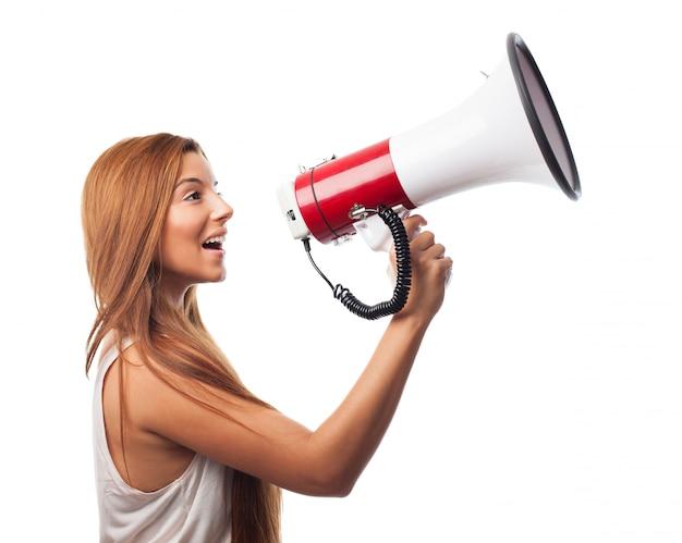 Menina com alto-falante