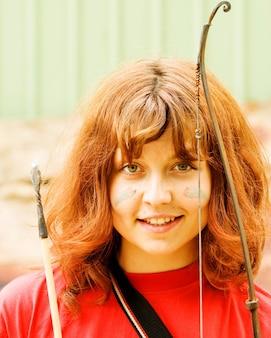 Menina com arco e uma flecha