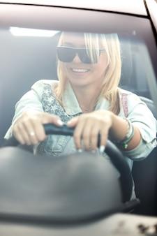 Menina com as duas mãos no steeringwheel