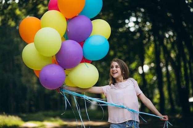 Menina, com, balões, parque