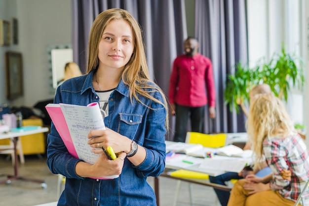 Menina com bloco de notas posando com confiança