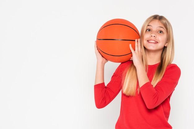 Menina com bola de basquete
