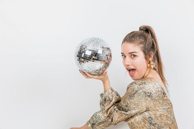 Menina com bola de discoteca na festa de ano novo