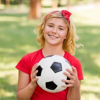 Menina com bola de futebol