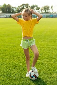 Menina, com, bola, e, amarela, t-shirt
