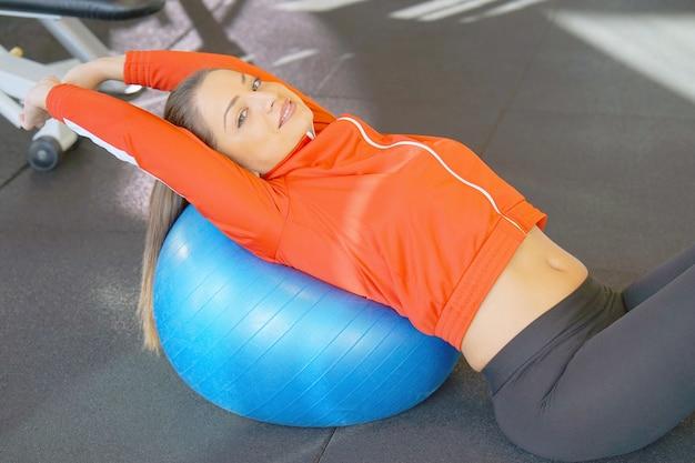 Menina com bola para fitness