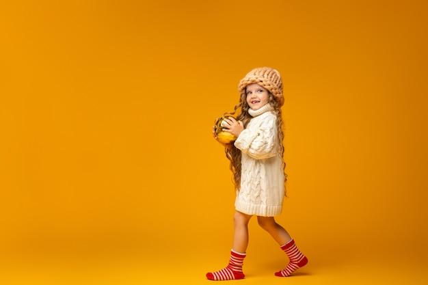 Menina com bolas de natal nas mãos