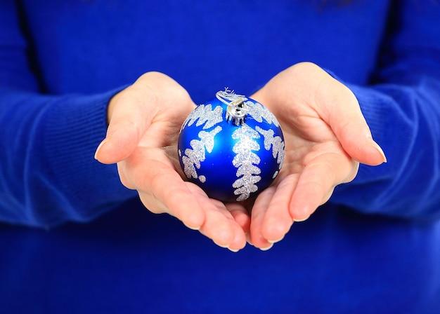 Menina com bolas de natal