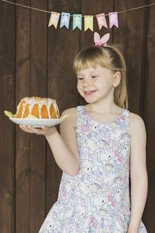 Menina com bolo de páscoa