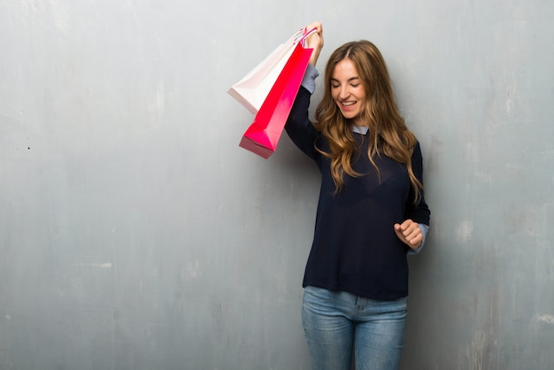 Menina, com, bolsas para compras, celebrando, um, vitória