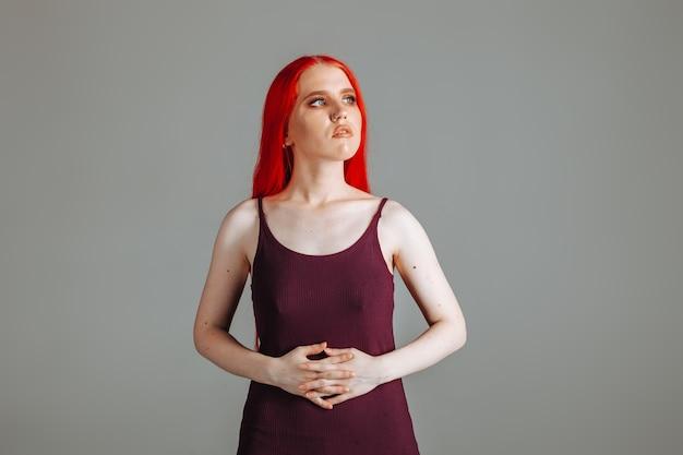 Menina com cabelo comprido ruivo