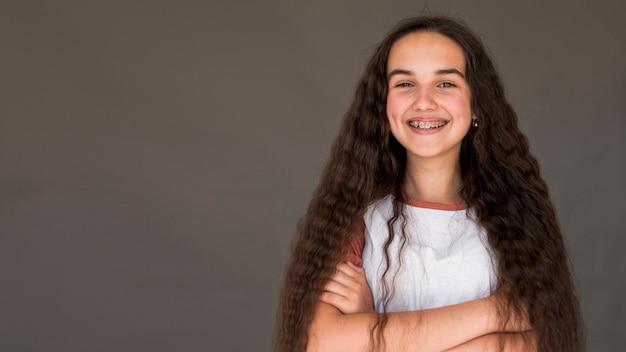 Menina com cabelo comprido sorrindo