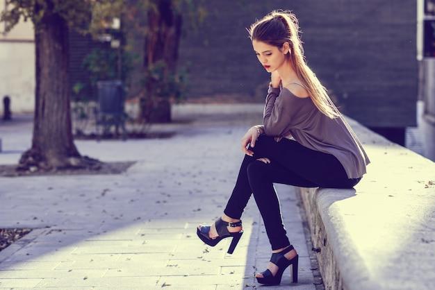 Menina com cabelo longo pendurado para fora no por do sol