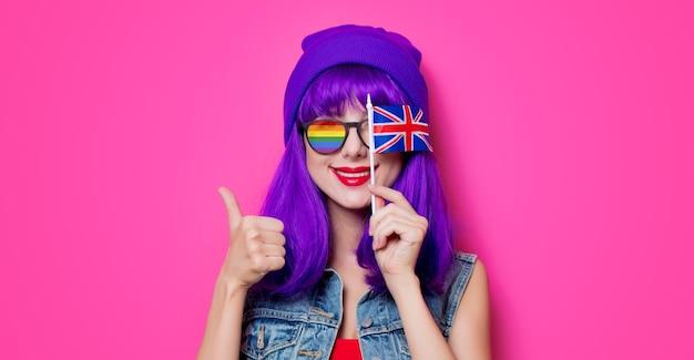 Menina com cabelo roxo e com bandeira do reino unido rosa
