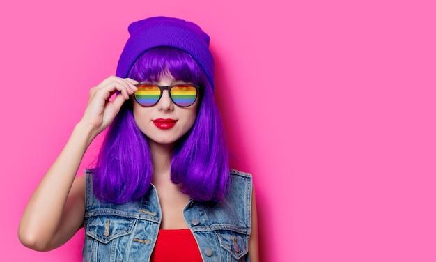 Menina com cabelo roxo e óculos cor de rosa
