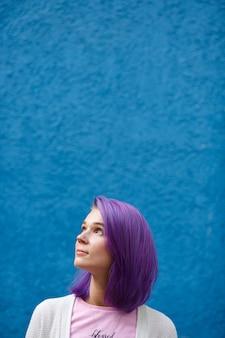 Menina, com, cabelo roxo, ligado, azul