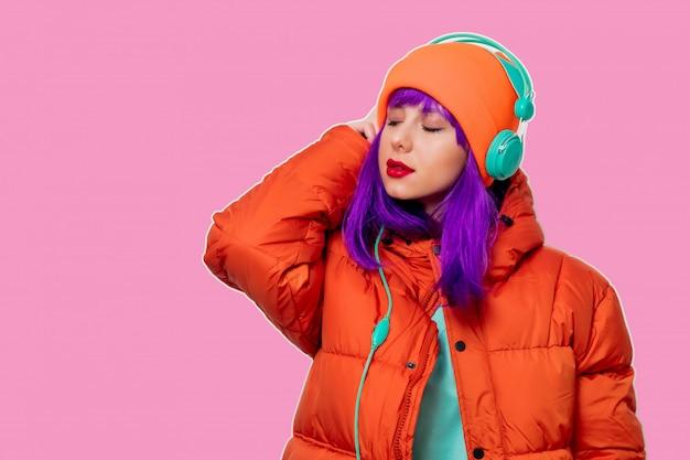 Menina com cabelo roxo no casaco com fones de ouvido