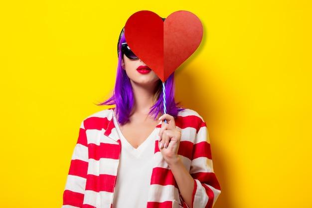 Menina com cabelo roxo, segurando a forma de coração