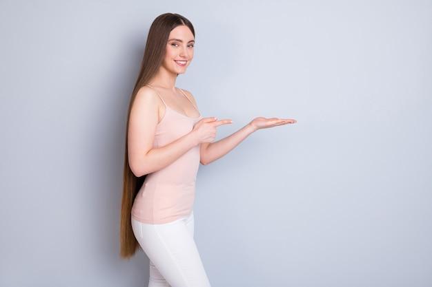 Menina com cabelo saudável isolado no cinza