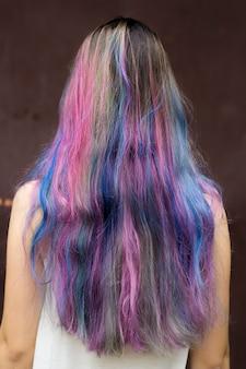 Menina com cabelo tingido colorido.
