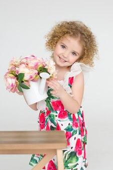 Menina, com cabelos cacheados e flores