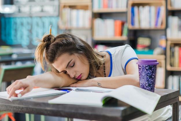 Menina com cabelos dorminhocos na mesa