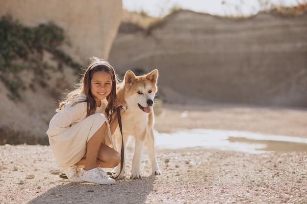 Menina com cachorro na praia