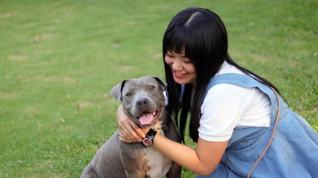 Menina com cachorro.