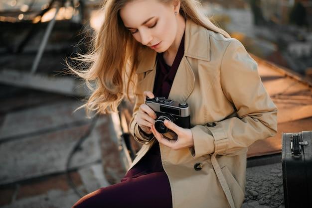 Menina, com, câmera, ligado, a, telhado
