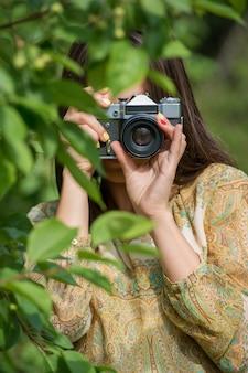 Menina com câmera retro vintage